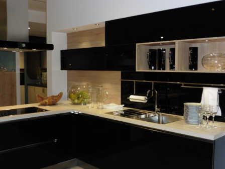 Schwarze Küche - volles Leben